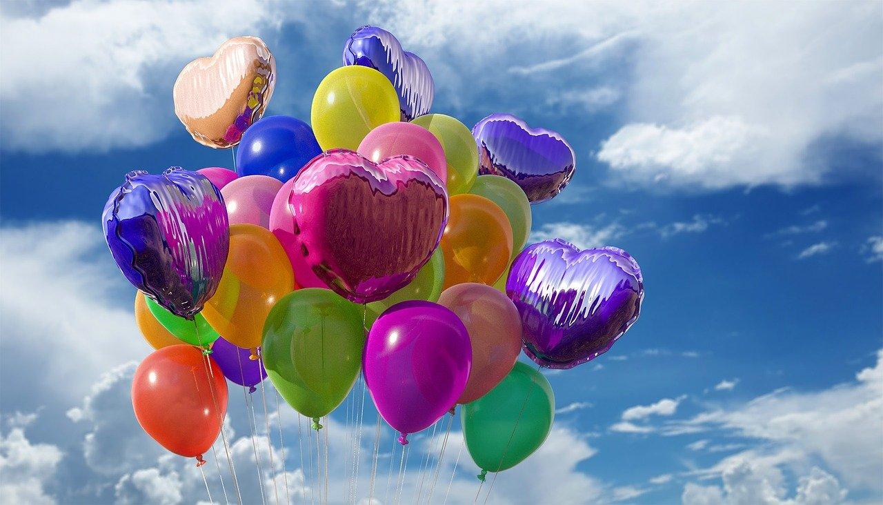 bunte Luftballons am blauen Himmel