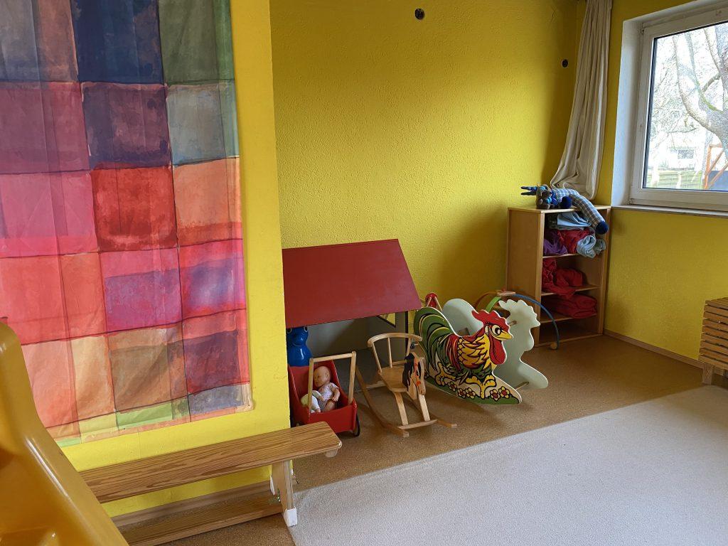 Holzschaukel, Decken und Kinderspielzeug