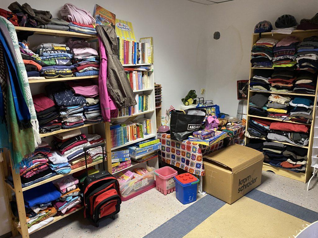 Verschenkeraum mit verschiedenen Spenden wie Büchern, Umstandsmode, usw.